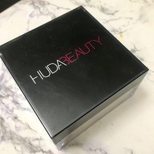 Huda Beauty Easy Bake Loose Setting Powder